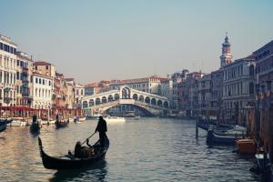 Venezia con i suoi canali e gondole.