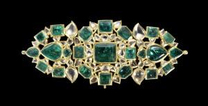 Coppia di bracciali (bazuband) in oro con incastonati diamanti e smeraldi disposti a formare un motivo floreale