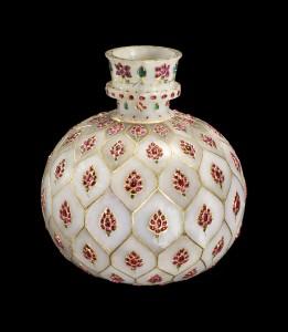 Huqqa (hooqah), o contenitore di giada bianca, ageminato con motivi floreali in rubini e smeraldi.
