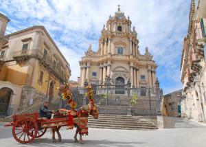 Duomo di San Giorgio e carretto siciliano
