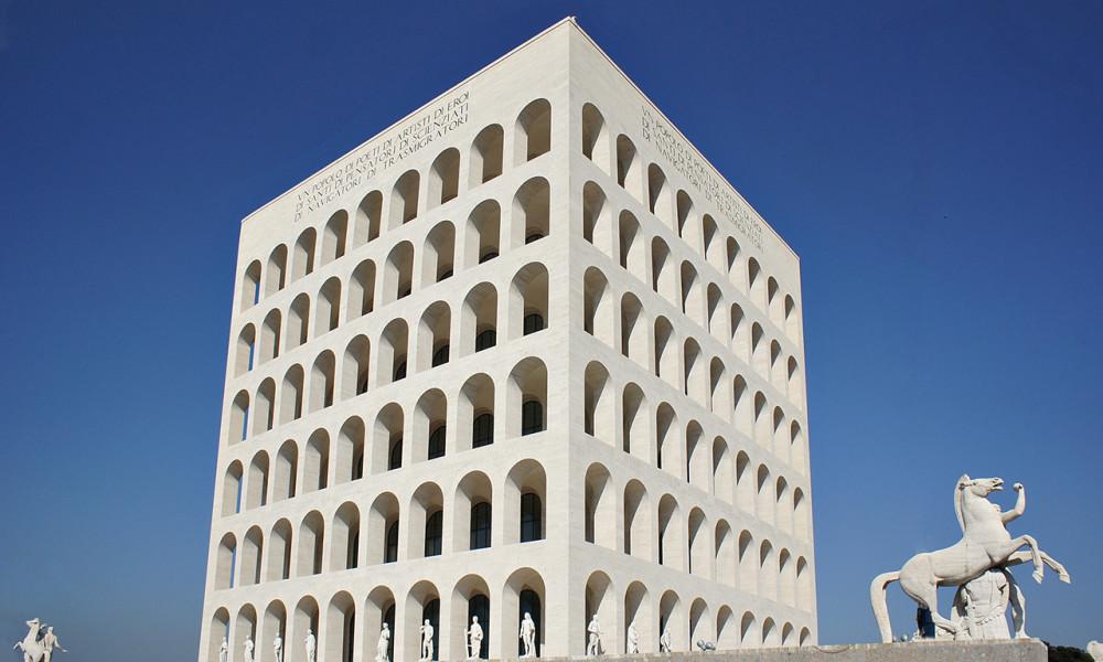 Fendi il colosseo quadrato apre al pubblico ma con tanti for Architettura fascista
