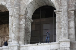 Operatore arrampicatosi sul Colosseo per protestare