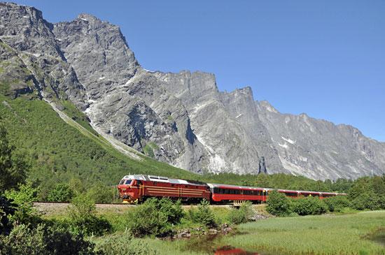 The-Rauma-Railway-passing-the-Trollveggen-wall-082014-99-0002_800