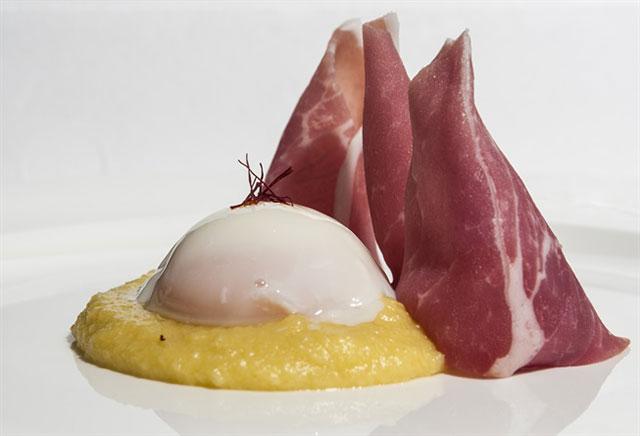 Uovo con polenta di pancotto alla zafferano e cuore di Paganica
