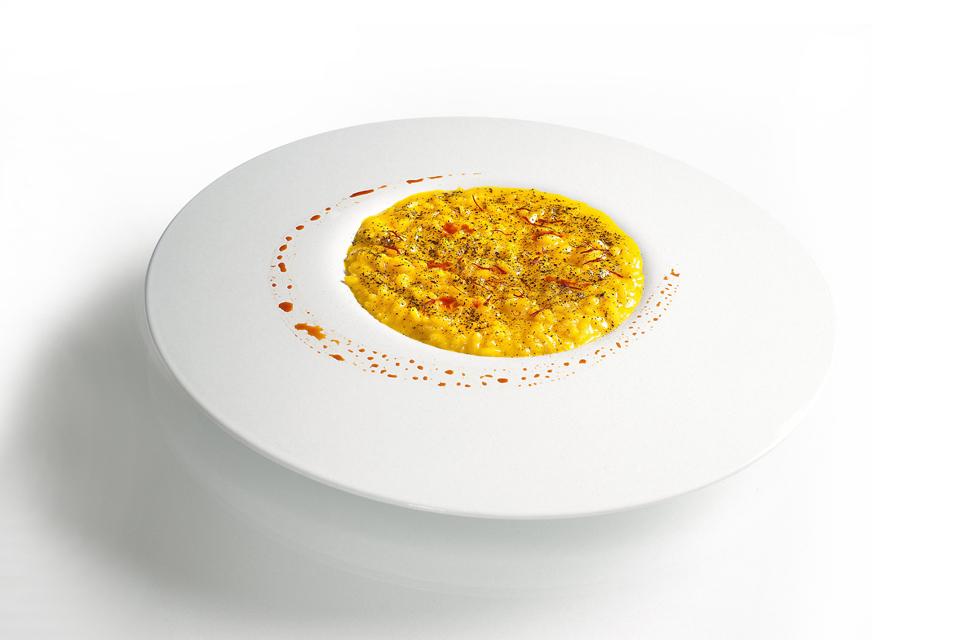 risotto-allo-zafferano-con-polvere-di-liquirizia-Le-Calandre