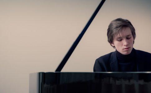 Amadeus Wiesensee suonando il pianoforte