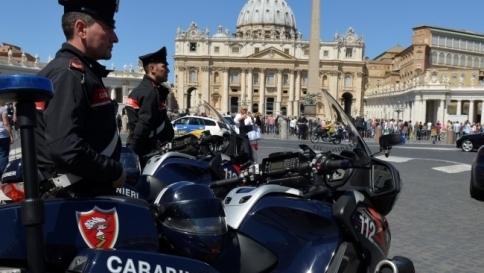 Roma, una mattonella al posto del cellulare: arrestati due truffatori a Prati