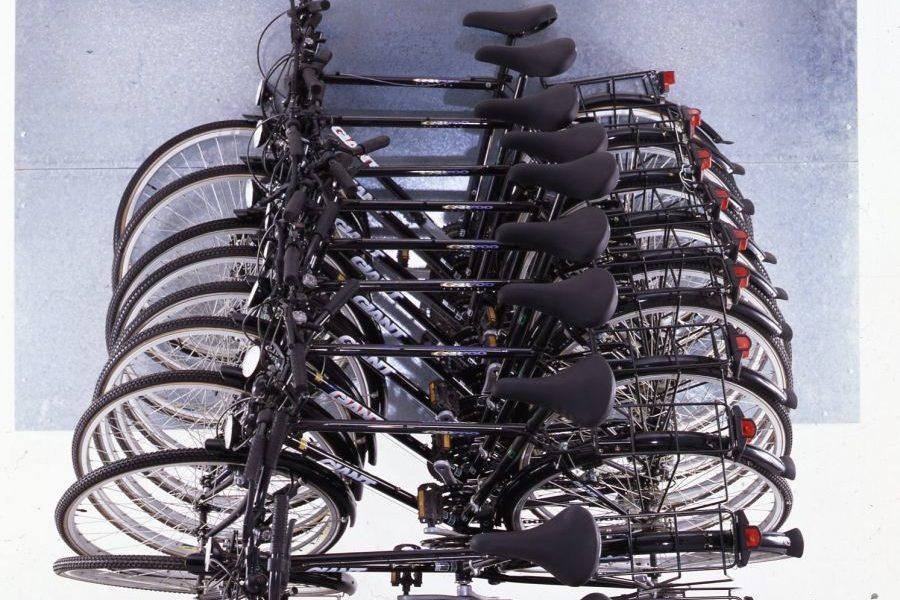 Slow Motion, 1995 Accumulazione di biciclette pendenti (Arman)