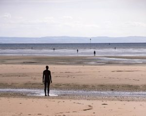 Crosby Beach e l'opera di  Anthony Gormley, 'Another Place'.