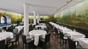 La sala decorata da affreschi del ristorante Rex Whistler, all'interno della Tate Britain di Londra