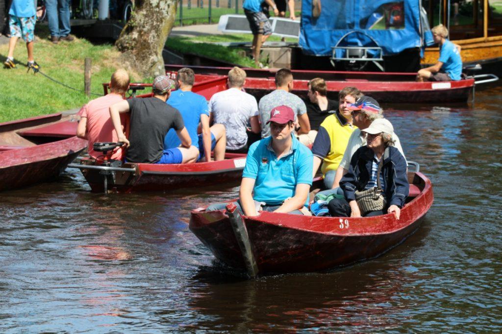 Attraversare Giethoorn dall'acqua