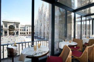 Tavolini con vista sul Duomo nel ristorante Giacomo Arengario del museo del Novecento di Milano