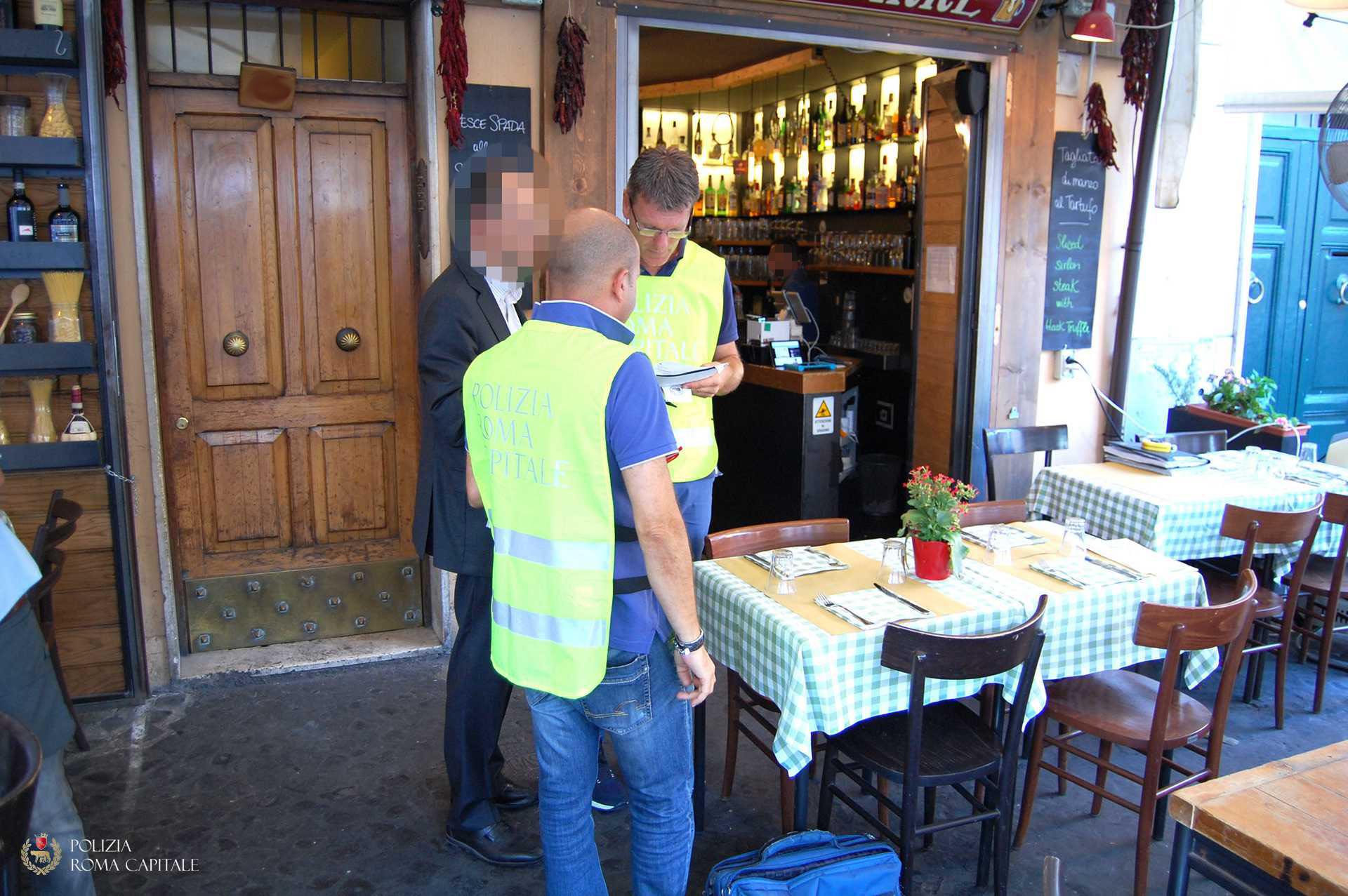 Roma, abusi a Campo de' Fiori: rimossi 53 tavolini e 14 ombrelloni