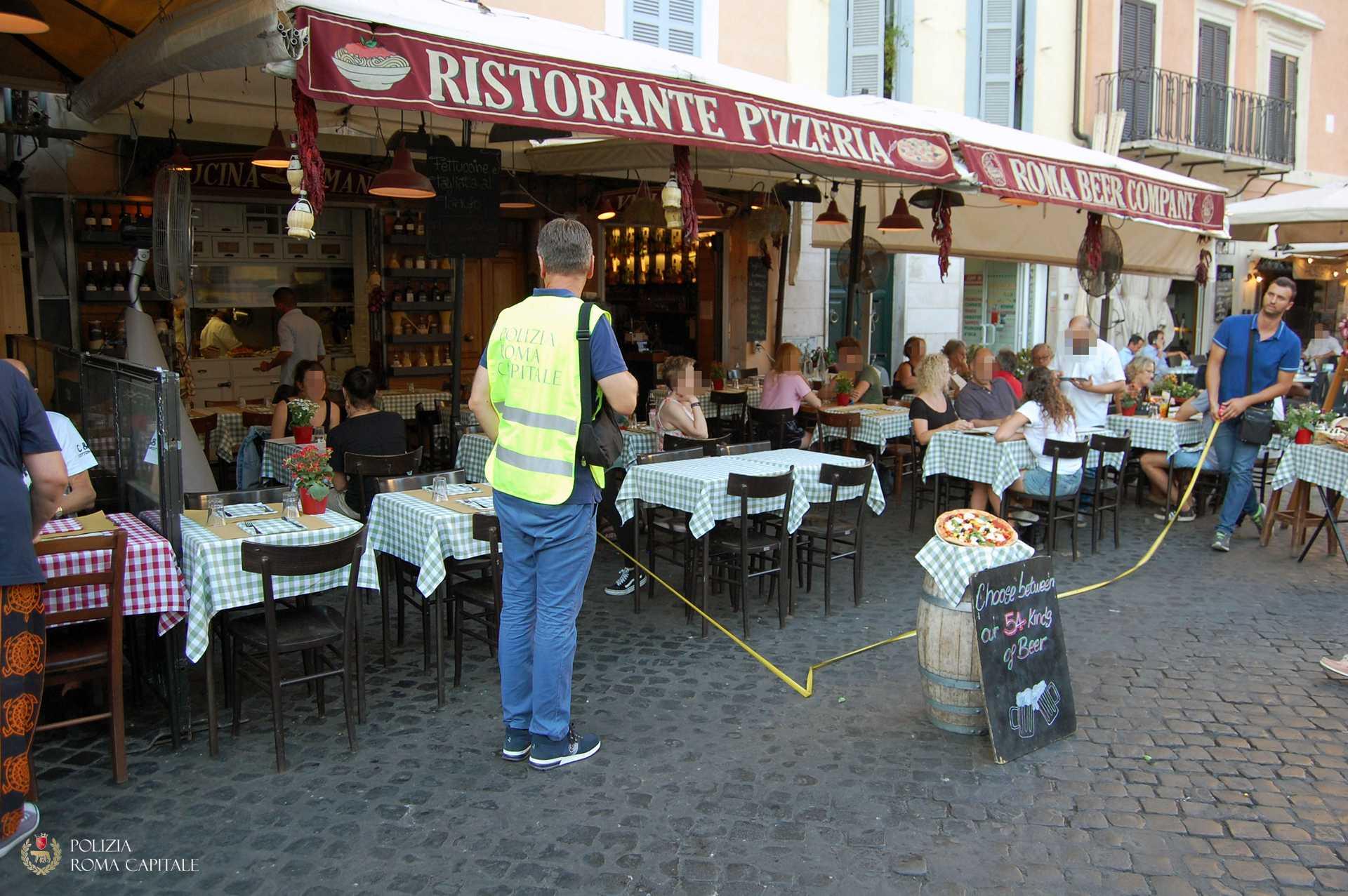 Tavolini abusivi e ombrelloni rubano 100mq di piazza a Campo dei Fiori