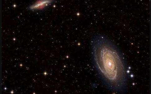 M81 (basso a dx) e M82 (alto a sx), una coppia di galassie vicine tra le quali può avvenire trasferimento di materia: gas espulso da esplosioni di supernova in M82 può viaggiare attraverso lo spazio e alla fine contribuire alla crescita di M81