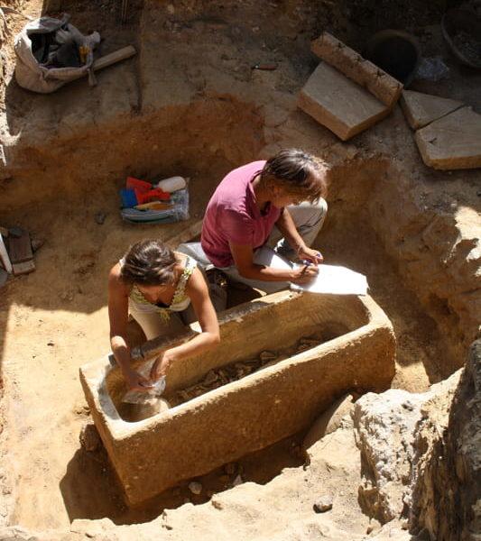 Roma, sarcofagi romani in marmo scoperti vicino allo Stadio Olimpico