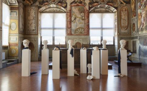 Fig.24:GIULIO PAOLINI (Genova, 1940).Casa di Lucrezio 1981. Calchi in gesso, tessuti, frammenti di tavoletta in gesso incisa, legno.