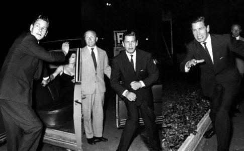 Tazio Secchiaroli, Anthony Steel si scaglia contro i fotografi. Roma, Agosto 1958 (Arrivano i paparazzi!)