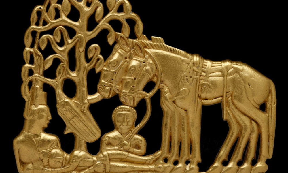 Oggetto degli Sciti (Scythians with horses under a tree. Gold belt plaque. Siberia, 4th–3rd century BC.)