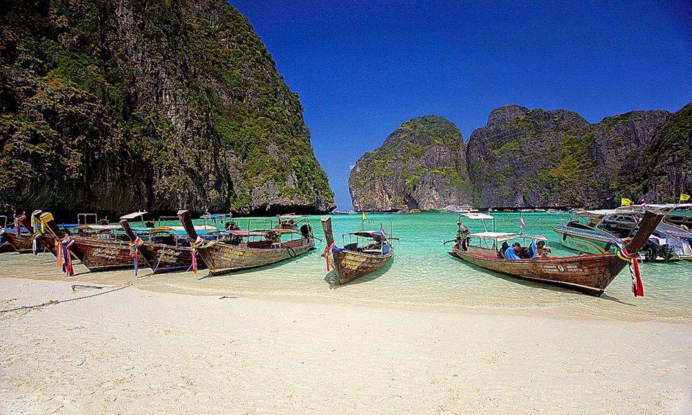Patong Beach, una tra le spiagge thailandesi in cui è stato vietato il fumo