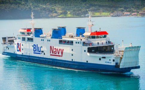 Il traghetto Blunavy Acciarello che collega Piombino a Portoferraio durante l'estate.