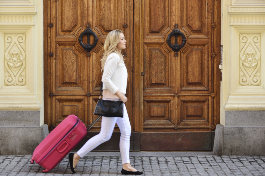 Ricerca Booking.com: in costante aumento le donne che viaggiano sole per lavoro
