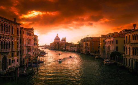 Turisti stranieri in Italia, continua la crescita: nel 2018 previsti 62 milioni di arrivi