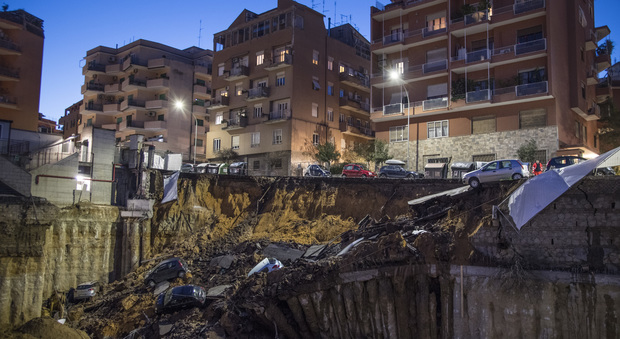 Roma, crolla una parte di strada alla Balduina: auto inghiottite