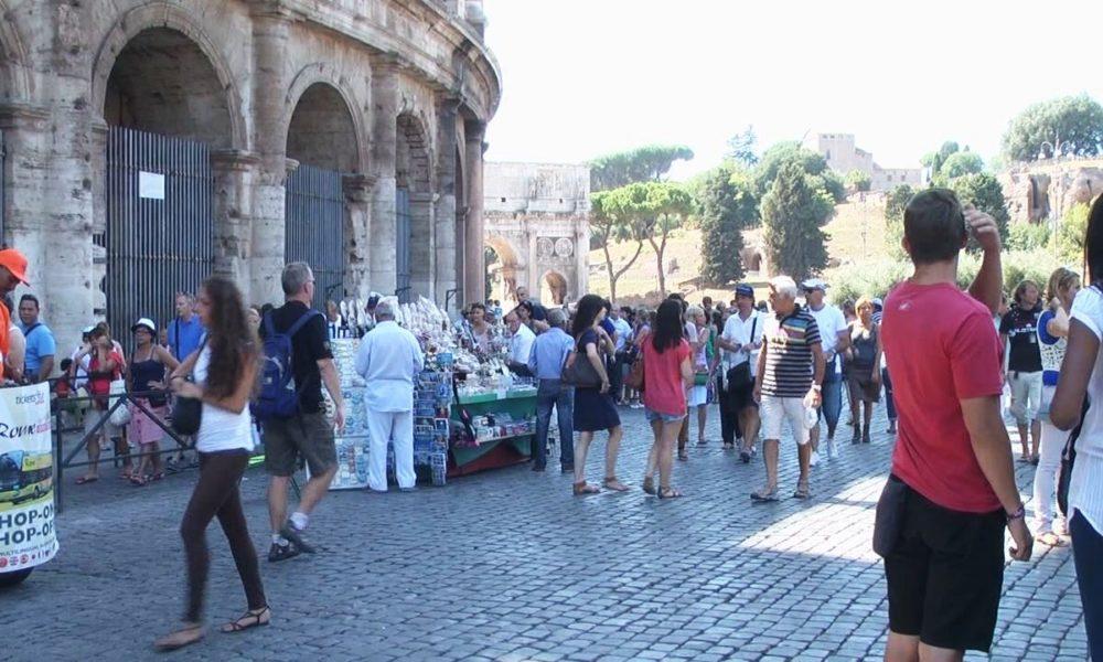 Roma, venditore ambulante tenta scippo a due turisti al Colosseo