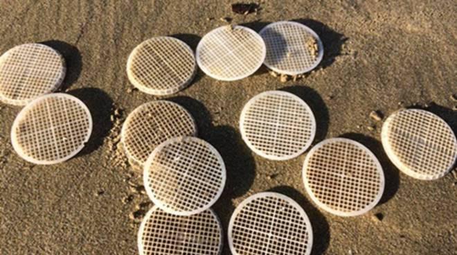 Dischetti di plastica, svelato il mistero sulle coste tirreniche