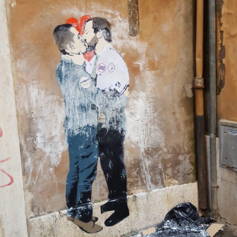 Salvini e Di Maio si baciano: a Montecitorio appare un murales choc