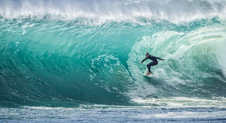 Non solo la California: le spiagge dove praticare surf offrono una vasta scelta anche nel continente europeo. Dalla Francia al Portogallo fino alla Spagna, i surfisti hanno a disposizione tante opportunità, alcune di queste presenti anche in Italia.