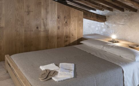 Stanza matrimoniale dell'agriturismo medievale di Rocca di Valle CAstrignano.