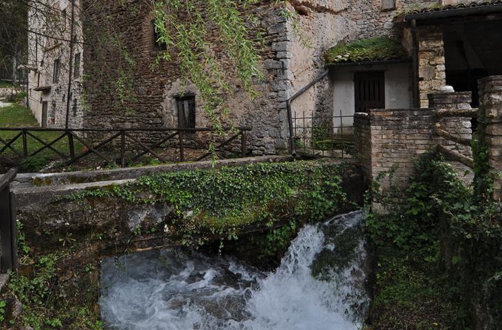 Rivoli e case di pietra a Rasiglia.