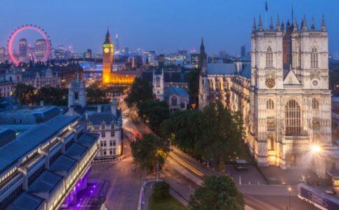 Veduta notturni di Londra illuminata, con Westminster e Bing Ben.