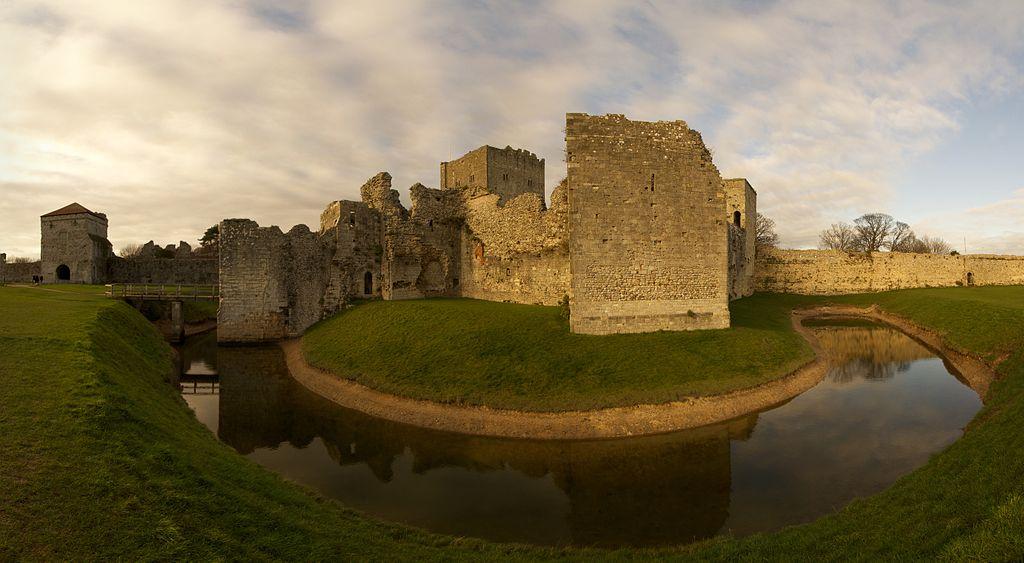 Archeologia Gran Bretagna. Castello di Portchester al tramonto. Via Wikimedia Commons.