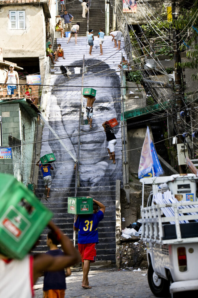JR, 28 Millimètres, Women Are Heroes, Action dans la Favela Morro da Providencia, Escalier, Rio de Janeiro, 2008
