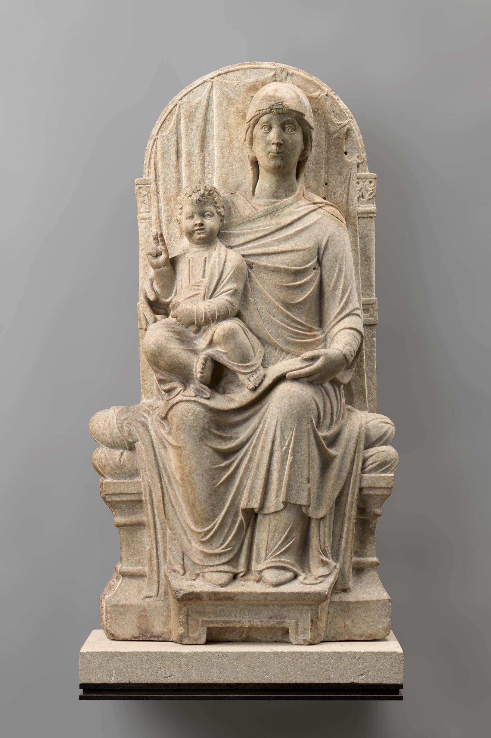 Maestro veneziano-ravennate (fine XIII sec.) Madonna in Trono con Bambino Altorilievo, marmo, cm. 93. 5 x cm. 51. 5 x cm. 1. 95 Parigi, Museo del Louvre. Foto via COmune di Ravenna.