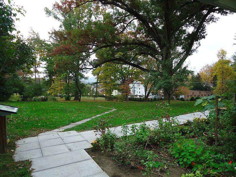 Emily Dickinson: giardino della casa a Amherst, vicino a Boston. Via Wikimedia Commons.