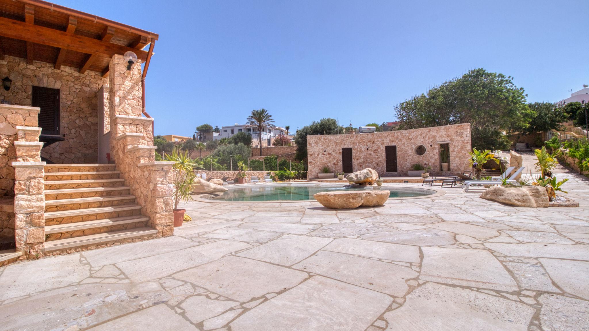 Estate 2021 via Italianway. Appartamento a Lampedusa.
