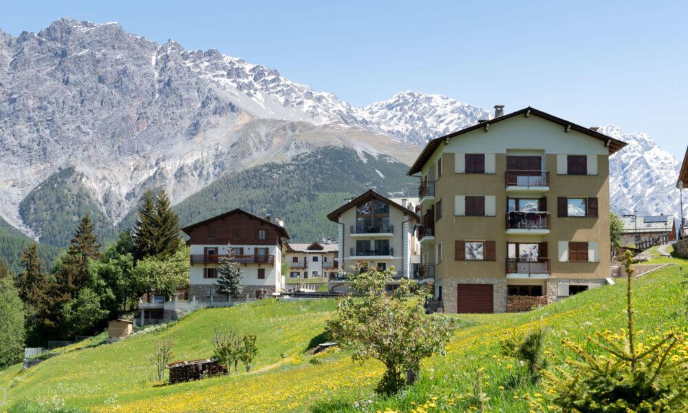 Estate 2021 via Italianway. Attico in Valtellina, con sfondo montagne.