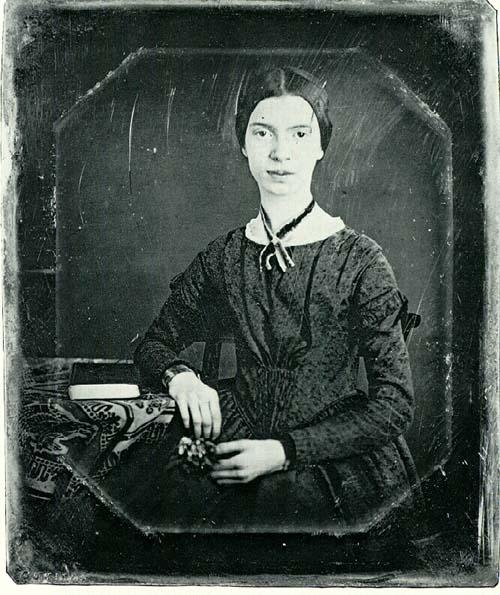 Emily Dickinson. Ritratto della poetessa da giovane nella sua casa ad Amherst, vicino a Boston. Via Wikimedia Commons.