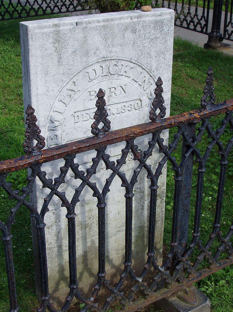 Tomba di Emily Dickinson al cimitero di Amherst. Via Wikimedia Commons.