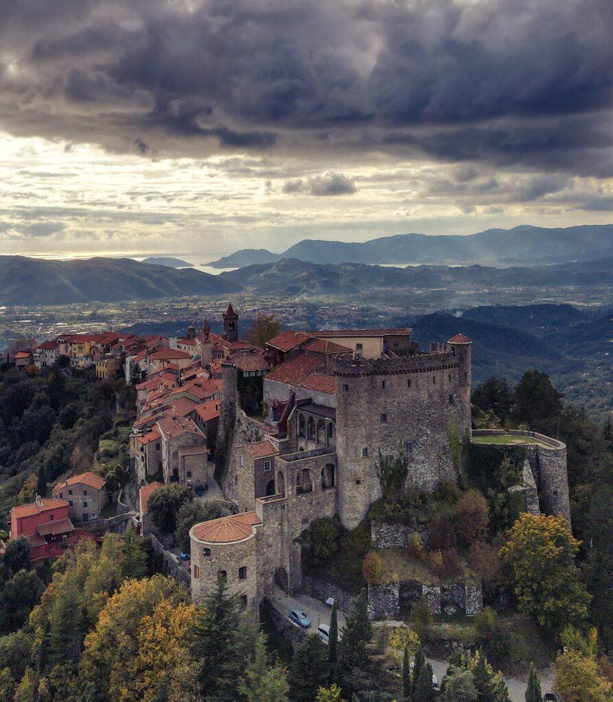 Lunigiana di Dante: rocca di Fosdinovo. Via Lunigiana World.