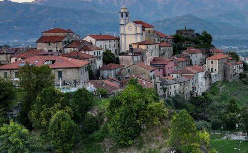 Lunigiana luogo di Dante. Castello di Mulazzo. Via Lunigiana World.