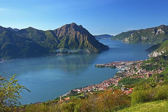 Lovere con lago d'Iseo, nel bresciano. Via Wikimedia Commons.