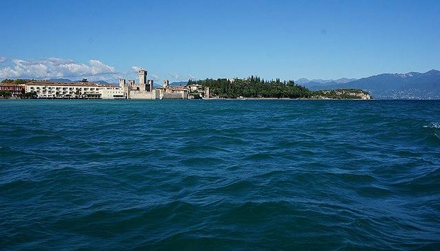 Terme nel bresciano. Veduta di Sirmione sul Garda. Via Wikimedia Commons.