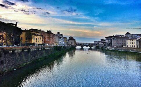 Ciclovia dell'Arno. Fiume Arno da Ponte Vecchio e Ponteb delle Grazie. Via Wikimedia Commons.