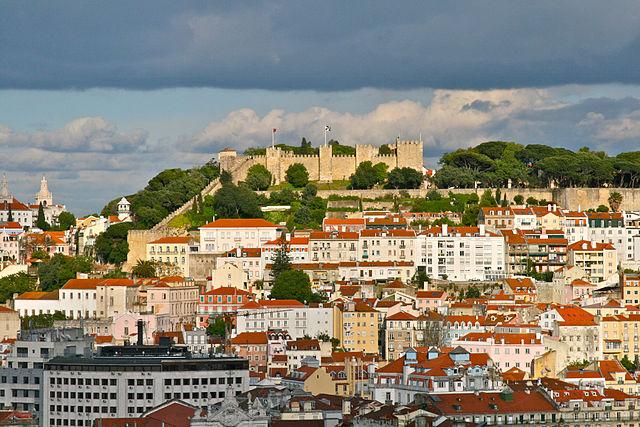 Castello di São_Jorge, uno dei colli di Lisbona. Via Wikimedia Commons.
