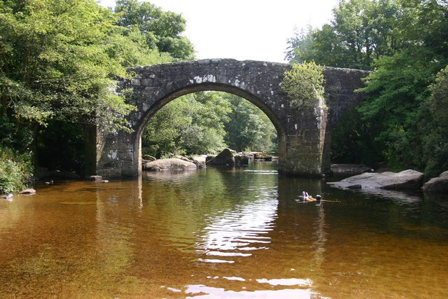 Ponte a Ponsworthy presso Widecombe-in-the-Moor. Via Wikimedia Commons.